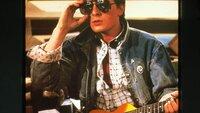 Marty McFly (Michael J. Fox) ist mit einer Zeitmaschine 30 Jahre in die Vergangenheit gereist. Dort trifft er auf seine zukünftigen Eltern, Nachbarn und auch auf seinen Freund Dr. Emmett Brown.