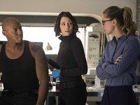 Um Kara (Melissa Benoist, r.) vor Metallo und den Luthors zu beschützen, gehen Alex (Chyler Leigh, M.) und James (Mehcad Brooks, l.) jedes Risiko ein. Fragt sich nur, ob sie tatsächlich den wahren Gegner bekämpfen ...