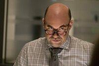 Will Lena Luthor auf dem Cover, denn er glaubt nicht an ihre Unschuld: Redakteur Snapper Carr (Ian Gomez) ...