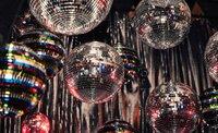 Der rauschende Exzess und die Inszenierung auf und neben dem Dancefloor waren  dabei ebenso wichtig wie die musikalische Substanz.