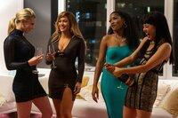 Noch haben Annabelle (Lili Reinhart, l.), Ramona (Jennifer Lopez, 2. v. l.), Mercedes (Keke Palmer, 2. v. r.) und Destiny (Constance Wu, r.) reichlich Anlass, die Champagner-Korken knallen zu lassen.