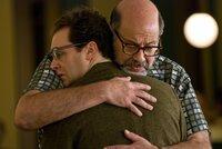 Er versteht die Welt nicht mehr: Larry (Michael Stuhlbarg, li.) in den Armen von Sy Ableman (Fred Melamed, re.), dem zukünftigen Ehemann seiner Frau.