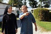 Toni Striebel (Vitus Zeplichal, r.) zeigt Schwester Hanna, l.) den Campingplatz.