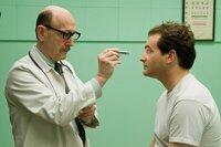 L-R: Dr. Shapiro (Raye Birk) und Larry Gopnik (Michael Stuhlbarg)