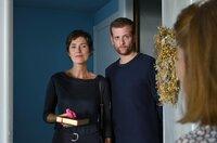 Das erste Treffen: Paul (Christoph Schechinger) besucht mit seiner leiblichen Mutter Alexandra Baumgarten (Julia Bremermann) seine Adoptivmutter Helga Winter (Hildegard Schroedter).