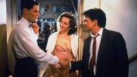 Marty (Michael J. Fox) ist ein Teenager, der versehentlich durch die Zeit reist und dort die Vergangenheit seiner zukünftigen Eltern George (Crispin Glover, l.) und Lorraine (Lea Thompson) verändert.