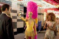 FBI-Agentin Gracie Hart (Sandra Bullock, l.) und Sam Fuller (Regina King, r.) in einer etwas anderen Uniform auf Gangsterjagd ...