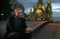 """Der russische Politkünstler Pjotr Pawlenski wählt drastische Aktionen, um der Welt zu zeigen, wie es in seinem Land um Meinungsfreiheit und politische Teilhabe bestellt ist. Hier auf der Brücke in St. Petersburg bei der Aktion """"Freiheit""""."""