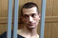 Der russische Politkünstler Pjotr Pawlenski wählt drastische Aktionen, um der Welt zu zeigen, wie es in seinem Land um Meinungsfreiheit und politische Teilhabe bestellt ist. Pjotr Pawlenski während der Urteilsverkündung im Juni 2016.