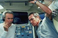 Frank (Clint Eastwood, l.) und Hawk (Tommy Lee Jones, r.) sind nach 40 Jahren wieder im Weltall. Die Aufgabe, die sie dort zu erfüllen haben, ist jedoch schwieriger als gedacht ...
