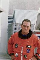 Hawk (Tommy Lee Jones) ist sofort bereit, mit seinem Freund und Konstrukteur Frank nach 40 Jahren wieder in den Weltall zu fliegen. Sie sind die Einzigen, die sich mit dem Steuerungssystem eines alten Satelliten auskennen ...