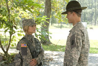 Megan (Jessica Simpson, l.) spürt, dass hinter Sergeant Evans (Ryan Sypek, r.) harter Schale ein weicher Kern steckt ...