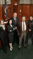 1: Staffel: (v.l.) Kelly Gaffney (Amy Carlson), Tracey Kibre (Bebe Neuwirth), Arthur Branch (Fred Dalton Thompson), Lennie Briscoe (Jerry Orbach) und Hector Salazar (Kirk Acevedo)
