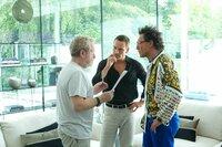 Regisseur Ridley Scott (l.) im Gespräch mit Michael Fassbender, (M.) und Javier Bardem, (r.)