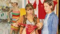 Claudia (Nora Binder, li.) schleppt Alex (Wolke Hegenbarth) in ein Dessousgeschäft, in dem Carstens neue Freundin Lydia immer einkauft. Alex ist von Claudias Tiraden - wie immer - mehr als genervt...