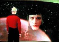 Q (John DeLancie, r.), der über unbegrenzte übersinnliche Kräfte verfügt, erscheint auf dem Bildschirm der Enterprise und warnt Captain Picard (Patrick Stewart, l.).
