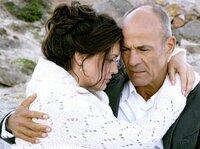 Farmer Wolf Holländer (Heiner Lauterbach) bittet die Geschäftsfrau Hanna (Maja Maranow) bei ihm zu bleiben.