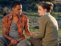 Bei ihrem Freund, dem Maori Steve (Jerome Kavanagh), findet die trauernde Mara (Karoline Teska) Halt und Trost.