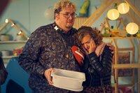Aga (Katja Plodzistaya) berichtet den Eltern der Initiative zuerst von Paulas Unfall, bevor diese die traurige Nachricht aus dem Fernsehen erhalten.