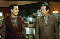 Die beiden Brüder Ambrose (John Turturro, l.) und Adrian (Tony Shalhoub, r.) sind in großer Aufregung, denn ihr Vater hat seinen Besuch angekündigt ...