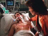 Maria (Thekla Carola Wied) wacht am Bett ihres schwerverletzten Sohnes Niklas (Thorsten Grasshoff).