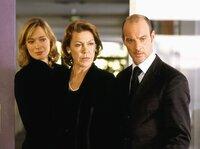 Die reichen Reederei-Besitzer Frauke (Katja Weitzenböck, links), Helene (Gaby Dohm) und Jan Helsing (Simon Licht) sind empört über das Auftreten ihrer neuen Teilhaberin.