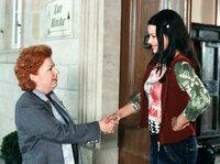 Margot (Hansi Jochmann, links) lernt ihre neue  Kollegin, die flippige Valeska (Cosma Shiva Hagen), kennen.