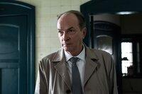 Anton (Herbert Knaup) sucht Sarah (Lisa Maria Potthoff) auf, um sie um Hilfe zu bitten.