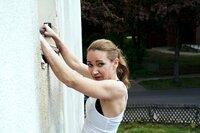 Sarah (Lisa Maria Potthoff) hängt an der Wohnmauer zu Aidas Wohnung, um sich zu verstecken.