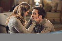 Reicht es Kara (Melissa Benoist, l.) zum Glücklichsein aus, Mon-El (Chris Wood, r.) zu haben und nur noch Supergirl zu sein?
