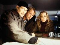 Der Nachtwächter Ottensen (Freddy Quinn, links) erläutert Kurt (Pierre Besson, Mitte) und Felice (Nina Proll) die dunklen Machenschaften des Reeders Jan Helsing.