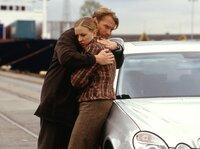 Nach bestandenem Abenteuer können sich Felice (Nina Proll) und Kurt (Pierre Besson) endlich in die Arme fallen.