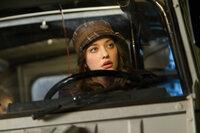 Gemeinsam mit ihrer Vorgesetzten Jane versucht Darcy Lewis (Kat Dennings), dem Geheimnis um den seltsamen Mann und das schwarze Loch auf den Grund zu gehen, auch wenn die Regierung dies zu verhindern versucht ...