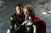 Während Thor (Chris Hemsworth, r.) von seiner Kampfeslust getrieben wird, gelingt es Loki (Tom Hiddleston, l.), seinen Intellekt und seine Hinterhältigkeit geschickt einzusetzen ...