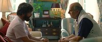 Als Alans (Zach Galifianakis, l.) Vater Sid (Jeffrey Tambor, r.) stirbt, gibt es kein Halten mehr für den durchgeknallten Chaoten. Da beschließen die Freunde, ihn in eine Therapie zu schicken - mit fatalen Folgen ...