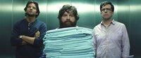 Müssen alles riskieren, um den gefangenen Doug aus der Hand eines skrupellosen Gangsters zu befreien: (v.l.n.r.) Phil (Bradley Cooper), Alan (Zach Galifianakis) und Stu (Ed Helms) machen sich auf, Mr. Chows Hotelzimmer zu kapern ...