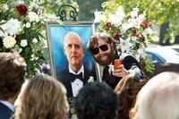 Auch auf der Beerdigung seines Vater ist Alan (Zach Galifianakis, l.) nur schwer zu bremsen ...