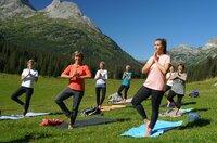 """SWR Fernsehen EXPEDITION IN DIE HEIMAT, """"Von Hütte zu Hütte"""", am Freitag (11.09.20) um 20:15 Uhr. Yoga in den Bergen - im Zuger Tal"""