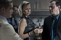 Theo (Michel Guillaume, r.) und Dominik (Joscha Kiefer, l.)merken, dass Erika Schilling (Claudine Wilde) und ihr Sohn Jan (Jonas Hain, 2.v.l.) miteinander Probleme haben.