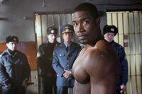 US-Berufsboxer George Chambers (Michael Jai White) wird während eines Aufenthalts in Russland Drogen ins Gepäck geschmuggelt. Prompt landet er in dem härtesten Knast Sibiriens ...