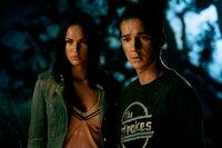 Sam (Shia LaBeouf, r.) würde alles für die schöne Mikaela (Megan Fox, l.) geben. Mit seinem neuen Auto, stehen die Chancen nicht schlecht, denn das besagte Auto ist in Wirklichkeit ein Autoroboter, der im Auftrag seines Anführers auf Sam aufpassen soll ...