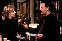 Noch ahnen Kathleen Kelly (Meg Ryan, l.) und Joe Fox (Tom Hanks, r.) nicht, dass sie im Cyberspace sehr gute, anonyme Freunde sind. Im realen Leben geraten sie heftig aneinander, denn Joe ist gerade dabei, eine weitere Filiale seiner Buchhandelskette gleich neben Kathleens kleiner Buchhandlung zu eröffnen ...