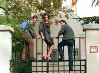 Am Zaun der Botschaft in Budapest. Hans (Max Urlacher), Michelle (Inga Busch), Andreas Hallbrandt (Fabian Busch) (v.r.n.l.) wollen über den Zaun einsteigen.