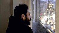 """Weil sein Leben im Iran bedroht war, floh der Regimekritiker und politische Aktivist Ehsan Abri aus seiner Heimat nach Europa. In Deutschland wird er von der Polizei aufgegriffen und sitzt in Abschiebungshaft in Rendsburg (Schleswig-Holstein). Die Ungewissheit und Ohnmacht in so einer Hafteinrichtung seien zermürbend, denn man habe """"keine Kontrolle mehr über sein Leben, ist wie eine Puppe und ist nicht mehr ein Mensch."""" ("""