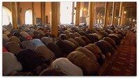 Gottesdienst in der Moschee Srinagars – heute predigt Umar Farouk, politisch liberaler und religiöser Führer der Muslime in Kaschmir, und damit stets im Visier der indischen Streitkräfte.
