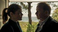 Karl Hidde (Alexander Held) und Nina Petersen (Katharina Wackernagel) tauschen sich über den Ermittlungsstand aus.