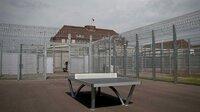 """Hinter den hohen Mauern ist der Weg für die Menschen in Abschiebungshaft zu Ende. Sie müssen Deutschland wieder verlassen. Wie sich das anfühlt, beschreibt der Iraner Ehsan Abri, der schon mal für 49 Tage in Abschiebungshaft war, so: """"Man ist hoffnungslos, fühlt sich einsam."""" Insgesamt 50 Millionen hat der Umbau der ehemaligen Kaserne zur Abschiebungshafteinrichtung gekostet, jährlich kommen Betriebskosten von 18 Millionen (6 Millionen je Bundesland) hinzu. ("""