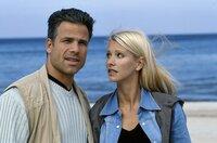 Dr. Jens Lennart (Karsten Speck, li.) und seine Assistentin Carla Dux (Karina Kraushaar, re.) werden zum Strand gerufen, da Touristen einen Heuler gefunden haben, der von seiner Mutter verlassen scheint.