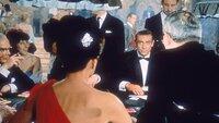 Im Casino trifft Geheimagent 007 James Bond (Sean Connery) das erste Mal auf Sylvia Trench (Eunice Gayson).