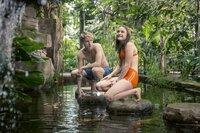 Bei ihrem ersten realen Treffen nimmt Kevin (Louis Hofmann) Sara (Lena Urzendowsky)  mit in einen geheimnisvollen Garten, in dem die beiden sich vorkommen können wie auf einer einsamen Insel.